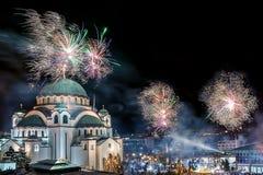 Ortodoksalni nowy rok wigilii świętowania z fajerwerkami nad kościół Świątobliwy Sava przy północą ja zdjęcia royalty free