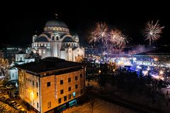 Ortodoksalni nowy rok wigilii świętowania z fajerwerkami nad kościół Świątobliwy Sava przy północą ja obraz royalty free