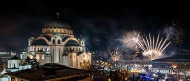 Ortodoksalni nowy rok wigilii świętowania z fajerwerkami nad kościół Świątobliwy Sava przy północą ja zdjęcie stock