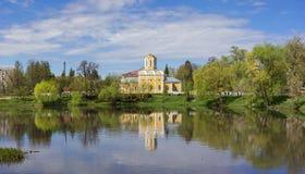 Ortodoksalny kościół i swój odbicie w rzece Obraz Stock
