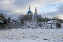 Ortodoksalny kościół na brzeg rzeki Zdjęcia Royalty Free