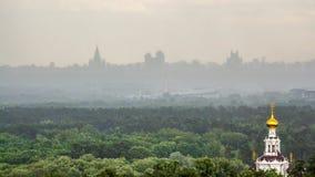 Ortodoksalny kościół w miastowym krajobrazie na horyzoncie zdjęcia stock
