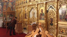 Ortodoksalny kościół - wierny modlenie przy ołtarzem Obraz Stock