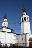 Ortodoksalny kościół z dwa dzwonami i kopułami Obrazy Royalty Free