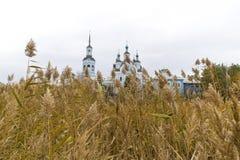 Ortodoksalny kościół za ścianą sucha trzcina Fotografia Royalty Free