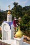 Ortodoksalny ksiądz odświeża krzyże na kopułach kościół Fotografia Royalty Free