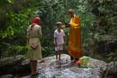 Ortodoksalny ksiądz podczas sakramentu duchowy narodziny - chrzczenie Fotografia Stock