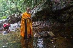 Ortodoksalny ksiądz podczas sakramentu duchowy narodziny - chrzczenie Obrazy Royalty Free