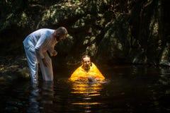 Ortodoksalny ksiądz podczas sakramentu duchowy narodziny - chrzczenie Zdjęcie Stock