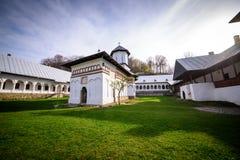 Ortodoksalny monasteru podwórze z kościół i michaelita pokojami Zdjęcia Stock