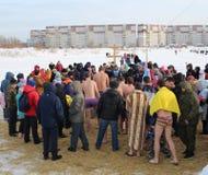 Ortodoksalny wakacyjny ochrzczenie w Rosja, 2019 tłum nadzy ludzie znurza się w lodowatą wodę w zimie Novosibirsk Styczeń 19 zdjęcie stock
