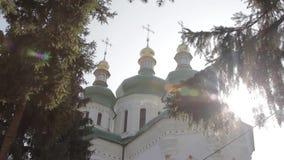 Ortodoksyjnego Ñ  hristian kościół wśród iglastych drzew zdjęcie wideo