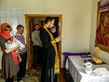 Ortodox begynnande dopceremoni hemma i Vitryssland Arkivfoto