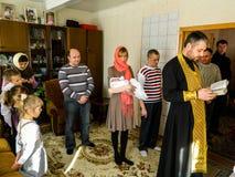 Ortodox begynnande dopceremoni hemma i Vitryssland Royaltyfri Bild