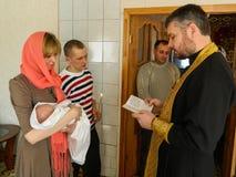 Ortodox begynnande dopceremoni hemma i Vitryssland Royaltyfria Bilder