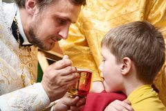 Ortodox ceremoni av nattvarden royaltyfria bilder