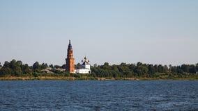 Ortodox chirch på banken av Volgaet River royaltyfri bild