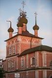 Ortodox domkyrka med ett brutet kors Royaltyfri Bild
