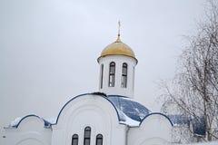 Ortodox gammal kyrka Golden Dome i vinterhimmel arkivfoto
