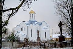 Ortodox gammal kyrka med kvinnakloster och den gamla kyrkogården royaltyfri fotografi