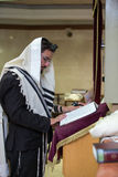 Ortodox jude som ber i synagogan Arkivbild