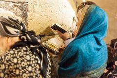 Ortodox judisk kvinna som ber på den västra väggen Royaltyfri Bild