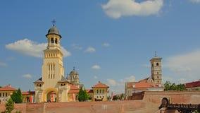 Ortodox kröningdomkyrka i rumänsk nationell stil och St Michael ` s Roman Cathedral, Alba Iulia, fotografering för bildbyråer