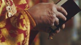 Ortodox kristen bok för prästläsningkyrka stock video