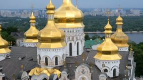 Ortodox kristen kloster Guld- kupoler av den medeltida domkyrkan och kyrkor i Kiev-Pechersk Lavra lager videofilmer