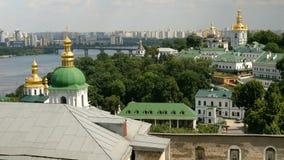 Ortodox kristen kloster Guld- kupoler av domkyrkor och kyrkor, Kiev-Pechersk Lavra Monastery stock video