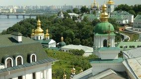 Ortodox kristen kloster Guld- kupoler av domkyrkor och kyrkor, Kiev-Pechersk Lavra Monastery lager videofilmer