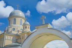Ortodox kristen kyrka över djupblå himmel royaltyfria bilder