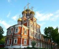 Ortodox kristen kyrka med färgrika kupoler på solnedgången royaltyfria foton