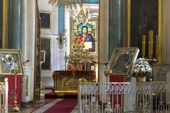 Ortodox kristen kyrka, sikt inom på altaret och symboler fotografering för bildbyråer