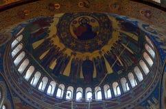 Ortodox kupol för domkyrka i gammal romanian stad Royaltyfri Bild