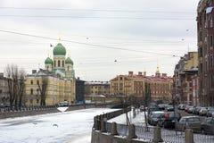 Ortodox kyrka, arkitektur som bygger på invallningen av Gri Royaltyfria Bilder
