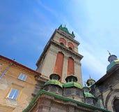 Ortodox kyrka för antagande med det Korniakt tornet, Lviv, Ukraina royaltyfria bilder