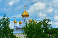 Ortodox kyrka för guld- kupoler Arkivfoto