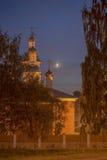 Ortodox kyrka i aftonen i månskenet Arkivbild