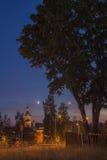 Ortodox kyrka i aftonen i månskenet Royaltyfri Bild