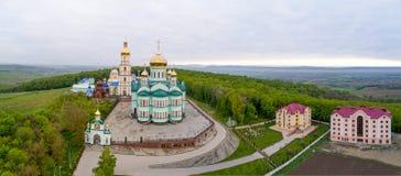 Ortodox kyrka i byn av Bancheni Arkivfoto