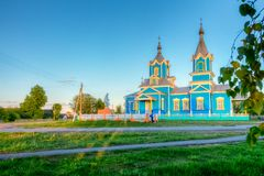 Ortodox kyrka i byn av röda partisan på solnedgången Royaltyfri Fotografi