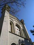 Ortodox kyrka med mycket trevliga stora vita fönster på den soliga dagen royaltyfri bild