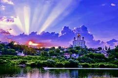 Ortodox kyrka mot aftonhimlen Arkivbild