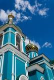 Ortodox kyrka mot den blåa himlen Arkivfoto