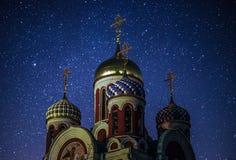 Ortodox kyrka mot den stjärnklara himlen Royaltyfria Foton