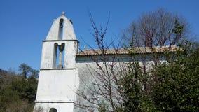 Ortodox kyrka och klockatorn, gamla Perithia, Korfu royaltyfria foton