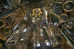 ortodox kyrkainsida Den inre delen av kupolen med symboler och målningar Arkivbild