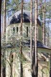 Ortodox kyrklig byggnad i skogen i Irpin, Ukraina arkivfoton
