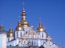 ortodox over sky för bakgrundsbluekyrka Royaltyfri Foto